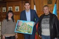 Деца от българско училище в Гърция със специален подарък за кмета Иван Тотев