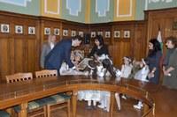 """Децата от ДГ """"Майчина грижа"""" със коледна изненада за кмета Иван Тотев и администрацията"""