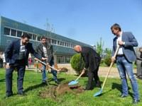 Кметът Иван Тотев и инвеститорът Джонатан Гладуиш садят  нова горичка на Гребната база
