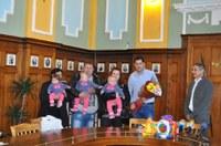 Кметът Иван Тотев с коледни подаръци за първите тризнаци на Пловдив за 2015 година