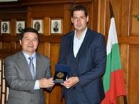 Кметът Иван Тотев се срещна с новия китайски посланик Дун Сяодзюн