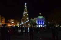 Красивата елха и празничната украса в Пловдив грейнаха, пищна заря озари небето